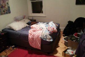 Schicksal - Chaotisches Schlafzimmer in der Wohnung in Toorak