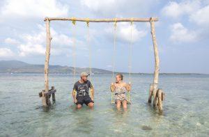 Schaukel im Wasser von Pulau Menjangan-Kecil