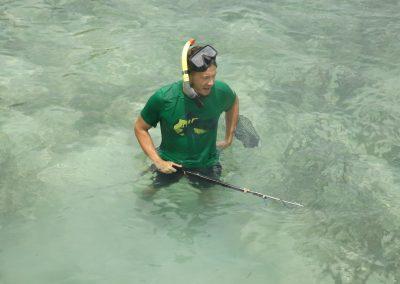 Ricardo beim Versuch zu Fischen auf Pulau Menjangan-Kecil