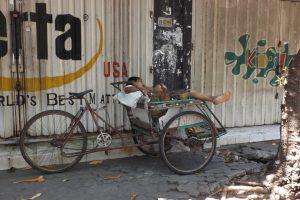 Siesta auf dem Fahrradaufbau in Surabaya
