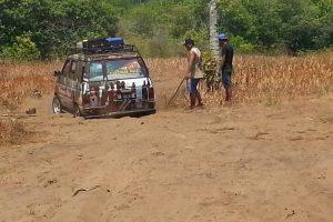 Der Versuch das Auto aus dem Sand zu bekommen
