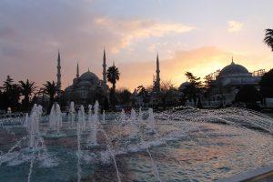 Sonnenuntergang hinter einem Tempelbrunnen in Istanbul