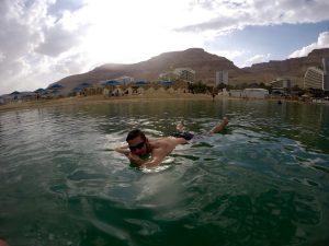 Auf dem Toten Meer treiben lassen