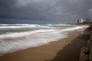 Meer mit der Skyline von Tel Aviv im Hintergrund