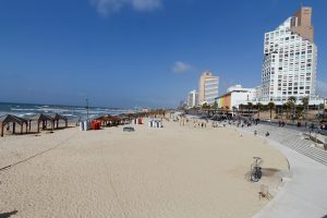 Strand mit Skyline von Tel Aviv