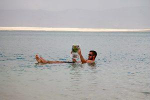 Ricardo lässt sich auf dem Toten Meer treiben
