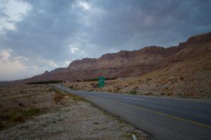 Verlassene Strasse auf dem Weg zum Toten Meer