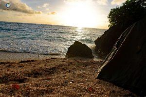 Sonnenuntergang an einem einsamen Strand