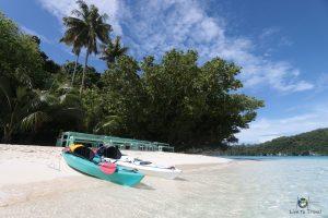 Kajaks am weißen Sandstrand Palau