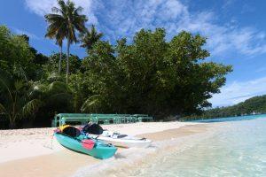 Kajaks am Strand von Palau