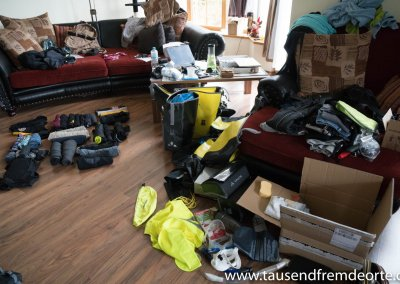 Chaos im Wohnzimmer beim Sachen packen