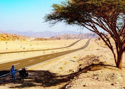 Kaum Schatten weit und breit in der Wüste von Ägypten