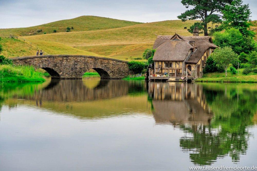 Das ist die Doppelbogenbrücke und die Mühle im Hobbit-Dorf