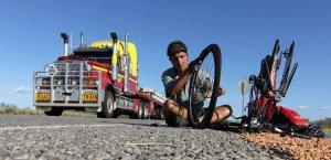 In Australien wird der Platten einfach auf der Strasse mit vorbeibrausenden Trucks repariert