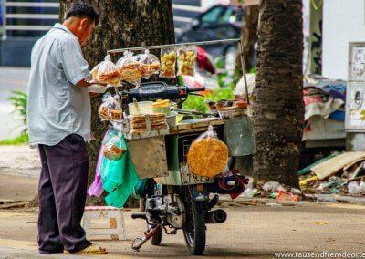 Dieser Herr verkauft Brot und sein Verkaufsstand ist einfach nur sein Roller.