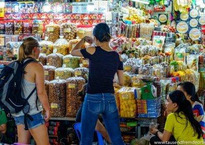 Melanie beim Kauf von Trockenfrüchten auf dem Markt in Saigon