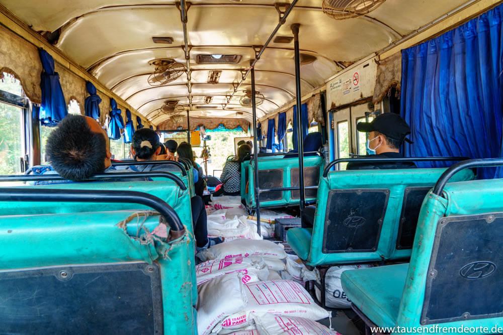Ein leicht heruntergekommener Bus nach Vientiane