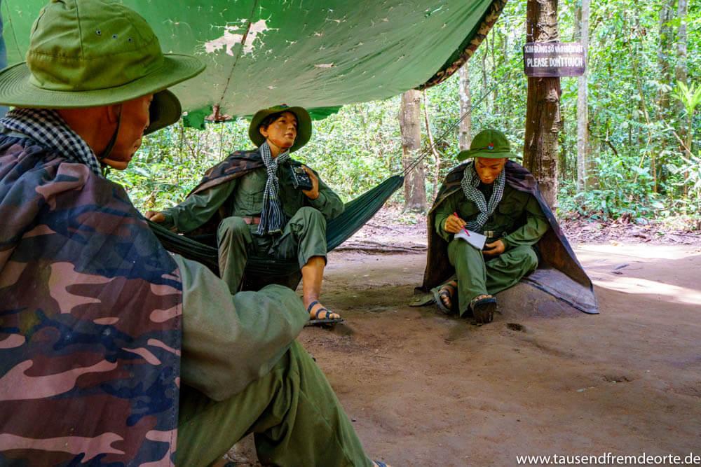 Figuren zeigen, wie das Leben während des Vietnamkrieges in den Cu Chi Tunnel zuging.