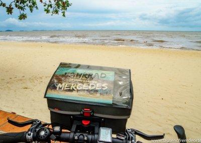 Mit dem Fahrrad zum Strand in Kep