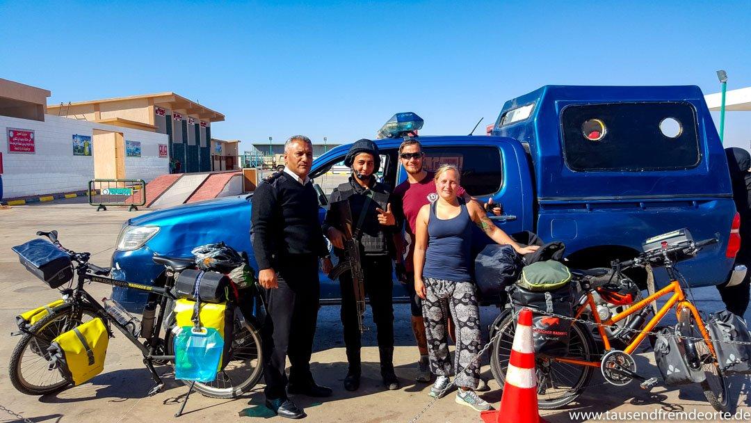 Mit Polizeibegleitung und Fahrrad nach Kairo