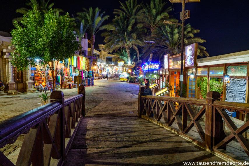 Promenade von Dahab in Ägypten bei Nacht